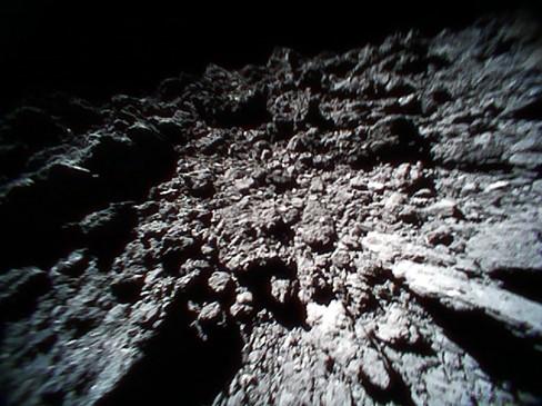 Obraz powierzchni planetoidy Ryugu z łazika Rover-1B Credit: JAXA