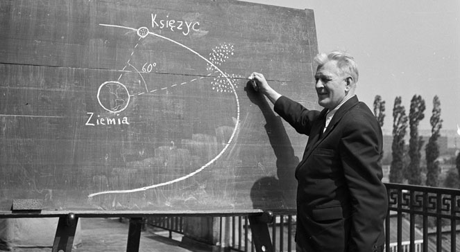 Kazimierz Kordylewski demonstrates the idea of dust clouds, Cracow 1961 (Credits: www.polskieradio.pl)